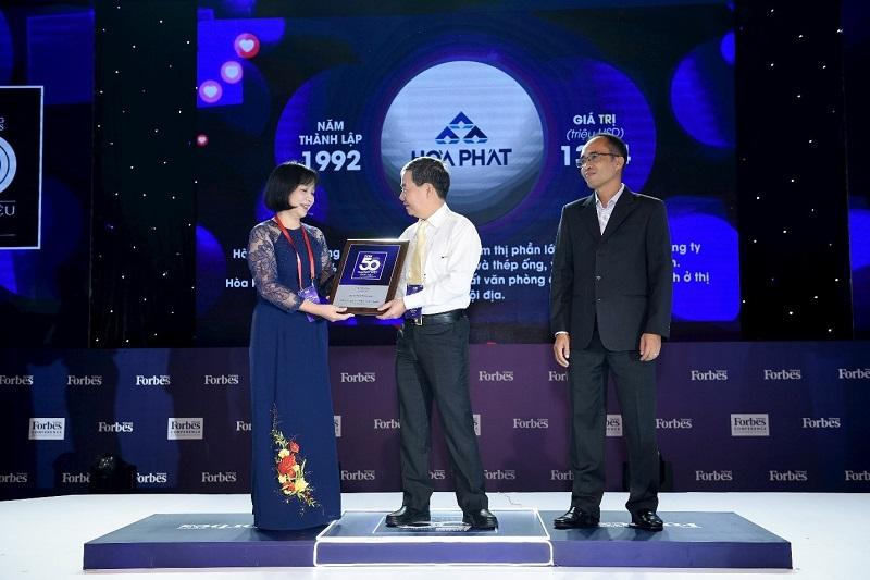 giám đốc cn tập đoàn hòa phát nhận chứng nhận 50 thương hiệu dẫn đầu